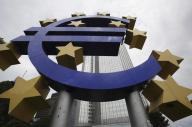 شعار اليورو امام البنك المركزي الاوروبي في فرانكفورت. ارشيف رويترز